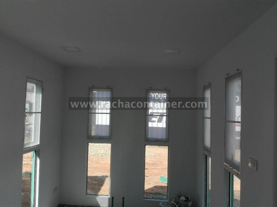 - ประตูกระจกบานเลื่อนกระจกขาว ขนาด 2*2 เมตร จานวน 1 บาน<br /> - หน้าต่างกระจกบานกระทุ้ง ขนาด 60x1.50 เมตร จานวน 7 ชุด<br /> - ภายในบุด้วยโฟมหนา 1 นิ้ว (EPS Foam Density 0.80IB/ft3) และ บุทับด้วย Smart Board หนา 6 มิล<br /> -พื้นปูทับด้วยสมาร์ทบอร์ดหนา 8 มิล และปูทับด้วยกระเบื้องยาง(ระบุสีมาตรฐาน)<br /> -หลอดไฟให้แสงสว่าง ขนาด 36 w. 2หลอด<br /> -พัดลมดูดอากาศ ขนาด 8&quot; 1 ตัว<br /> - เดินไฟฟ้า เบรคเกอร์ , ปลั๊กเพาเวอร์ , ปลั๊กเสียบ 3 จุด และสวิสซ์เปิด- ปิด<br /> - ทาสีภายในสีขาว สีภายนอกระบุสี TOA G584<br /> - ห้องน้า ผนังและพื้นปูกระเบื้องเซรามิค พร้อมฟักบัว<br /> - สุขภัณฑ์ 1 ชุด<br /> - อ่างล้างหน้า 1 ชุด พร้อมกระจก